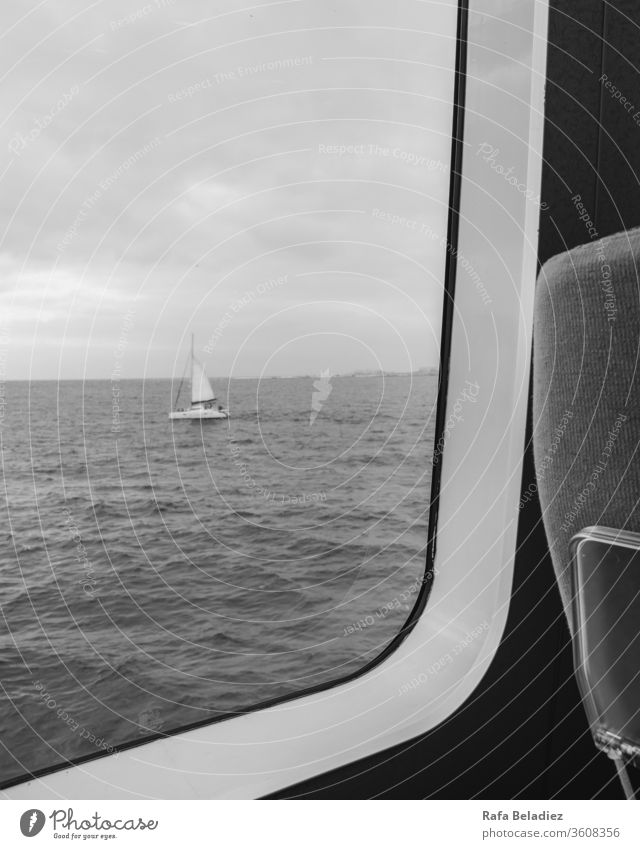 Segelboot von der Innenseite einer Fähre aus gesehen Meer Ostsee Sommer Segeln Segelschiff Boot Wasser maritim Strandleben Basteln Fahne