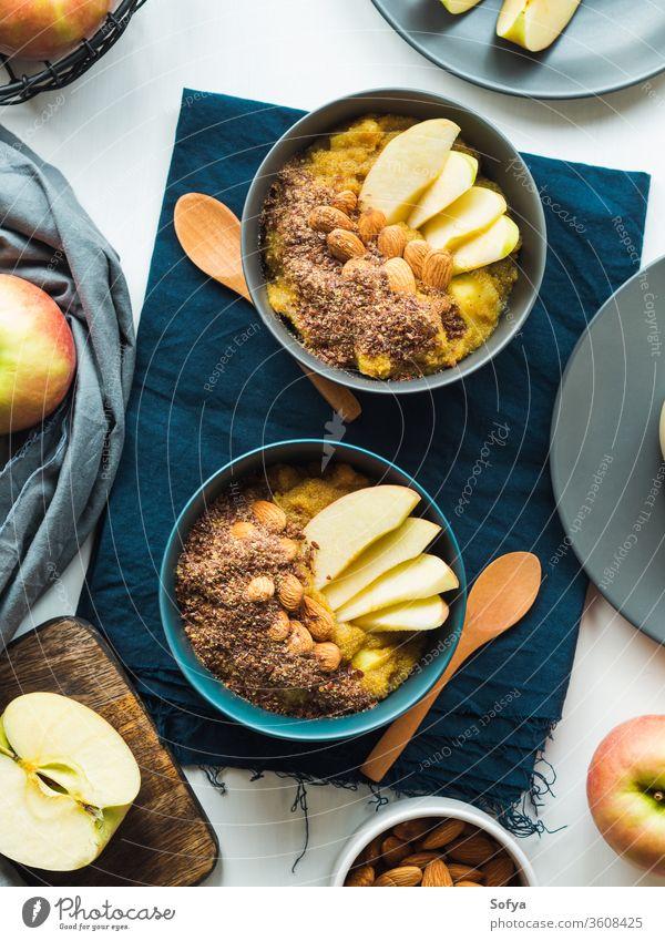 Gemütliches Frühstückskonzept mit Kurkuma-Amaranth Morgen pflanzliche Nahrung Schalen & Schüsseln gemütlich Äpfel Konzept golden Mandel Rezept Stillleben
