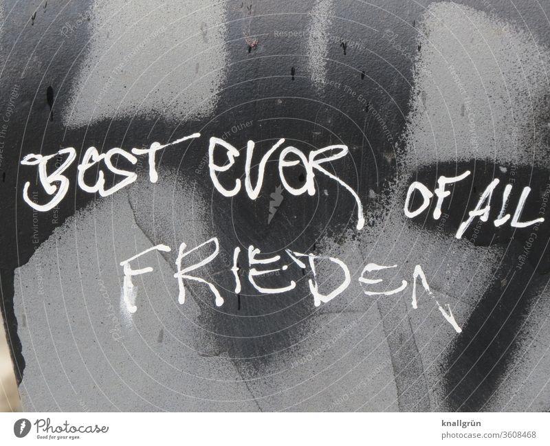 """Weißes Graffiti """"Best ever of all"""" und """"Frieden"""" auf grau-schwarzer Wand Superlativ bestens unübertroffen allerbestens Tag Farbfoto Außenaufnahme Mauer"""