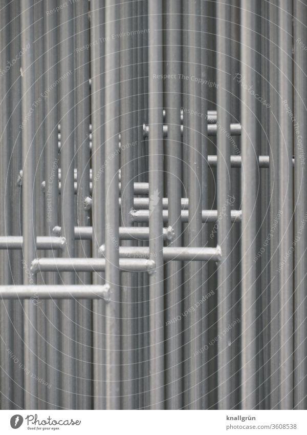 Nahaufnahme von mehreren hintereinander stehenden Absperrgittern Barriere Sicherheit Schutz Außenaufnahme Zaun Metall Gitter Grenze Strukturen & Formen Linie