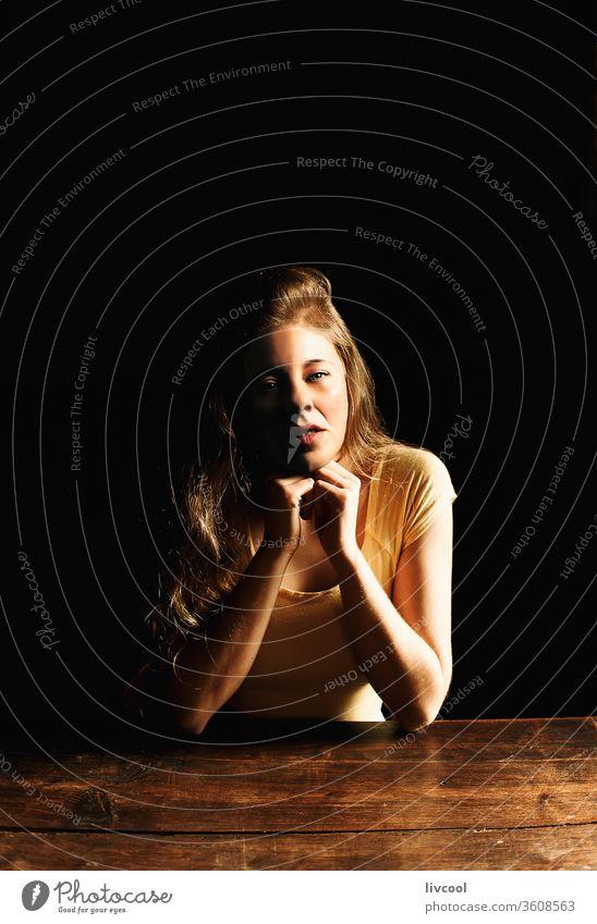 frau im schatten, spanien Frau Mädchen Menschen Porträt Lifestyle eine Person blond Sitz Sitzen Schatten heimwärts Innenbereich covid-19 zu Hause bleiben