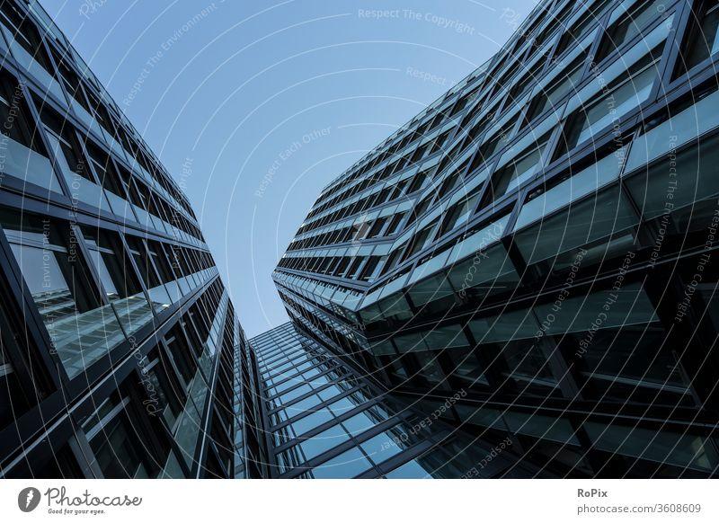Moderne Architektur abstrakt gesehen. Fassade Hochhaus Büro Bürokomplex Reflektion Spiegelung Wirtschaft Immobilien Technik Stimmung Gewerbe Verwaltung