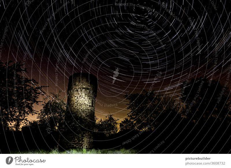 Star-Trails überm alten Wachturm Sterne Sternenhimmel Himmel startrails wolkenlos Nacht Wald Licht rastlos Zeit menschenleer Rotation Rotationsachse Landschaft