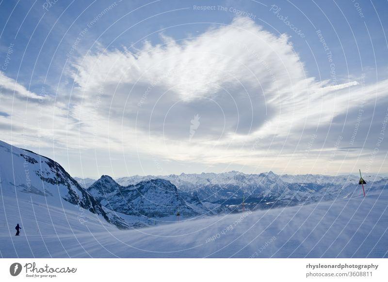 Blaue Bergansicht mit Eis und Schnee blau blassblau kalt eisig Ski umfassend Landschaft Berge Skipiste frisch knusprig Winter Höhe Herzform offen unfruchtbar