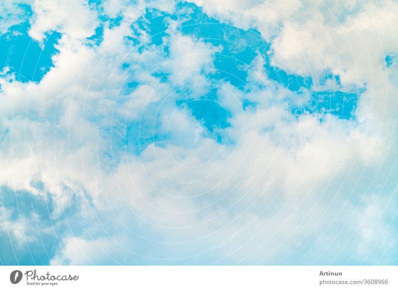 Wunderschöner blauer Himmel und weiße Kumuluswolken abstrakter Hintergrund. Wolkenlandschaft Hintergrund. Blauer Himmel und weiße Wolken an einem sonnigen Tag. Naturwetter. Heller Tageshimmel für glücklichen Tageshintergrund.