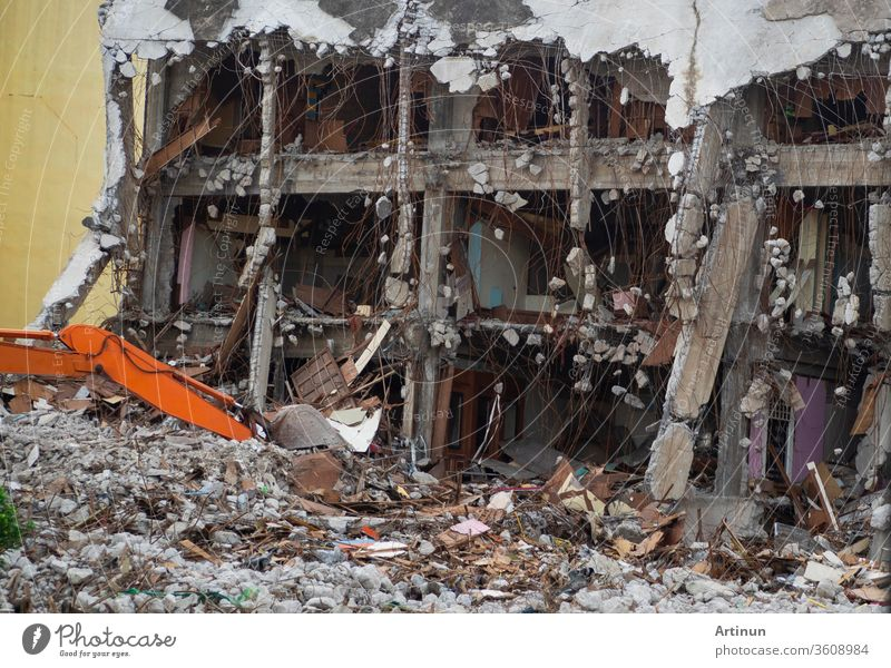 Zerstörte Bauindustrie. Gebäudeabriss durch Explosion. Verlassenes Betongebäude mit Schutt und Schrott. Ruine durch Erdbeben. Beschädigtes oder eingestürztes Gebäude durch Hurrikan-Katastrophe.