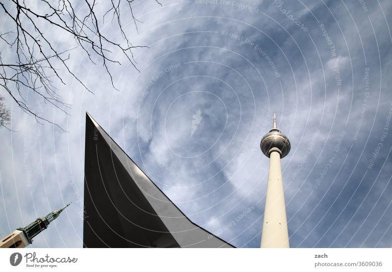 Fernsehturm und Turm der Marienkirche in Berlin Berlin-Mitte Hauptstadt Stadtzentrum Berliner Fernsehturm Wahrzeichen Alexanderplatz Sehenswürdigkeit