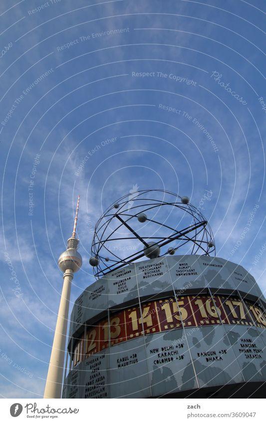 Weltzeituhr und Fernsehturm in Berlin am Alexanderplatz Stadt Textfreiraum oben hoch Stadtzentrum Berlin-Mitte Froschperspektive Außenaufnahme Himmel blau
