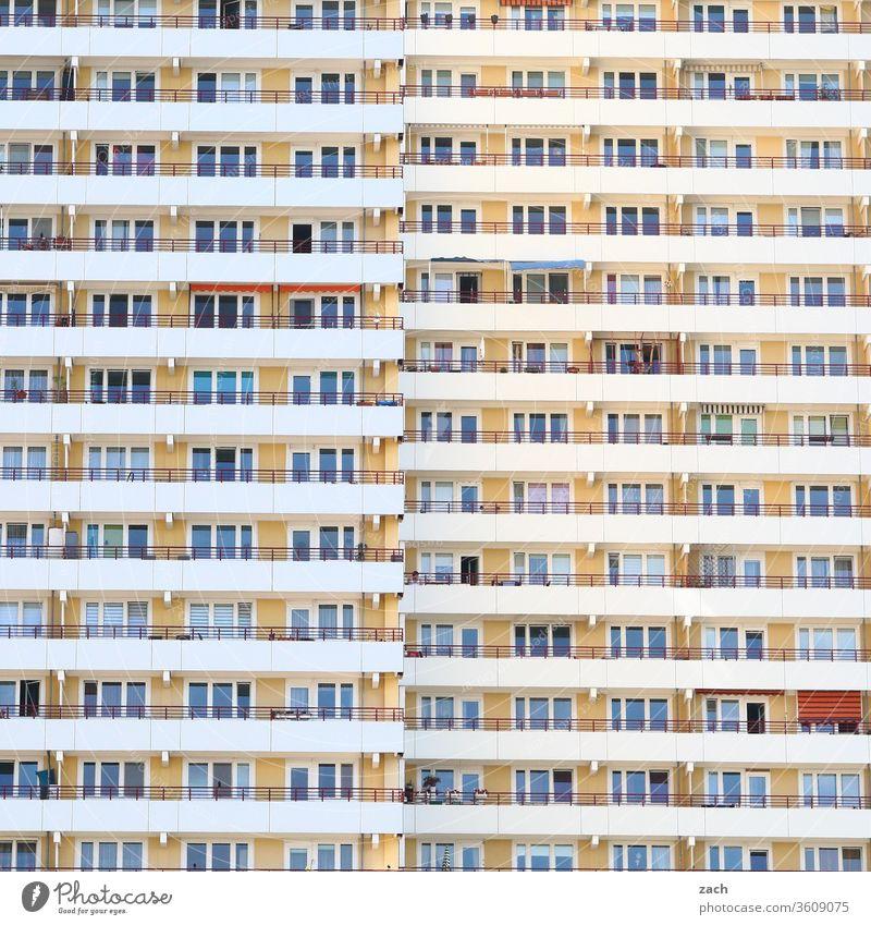 Ansicht einer Fassade eines Berliner Hochhauses mit Balkonen und Fenstern Einsamkeit Beton Häusliches Leben Neubau DDR Marzahn Marzahn-Hellersdorf