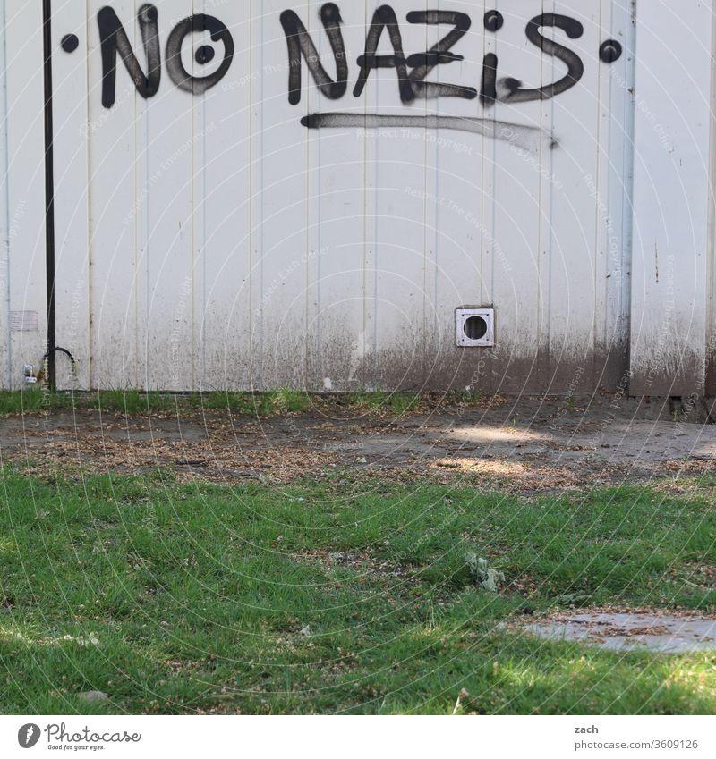 """Botschaft """"keine Nazis"""" an einer weißen Wand Graffiti Fassade Schriftzeichen Gebäude Buchstaben Mauer Schriftzug grau Politik & Staat Politische Bewegungen"""