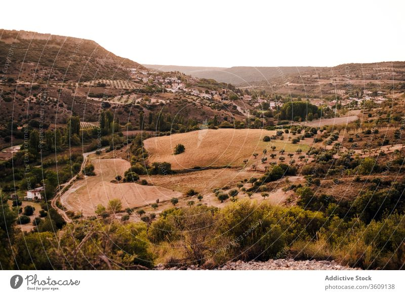 Majestätische Landschaft des Bergtals Tal Berge u. Gebirge malerisch grün Natur Feld Hochland Umwelt Wiese Gelände Baum idyllisch ruhig friedlich Sommer Gras
