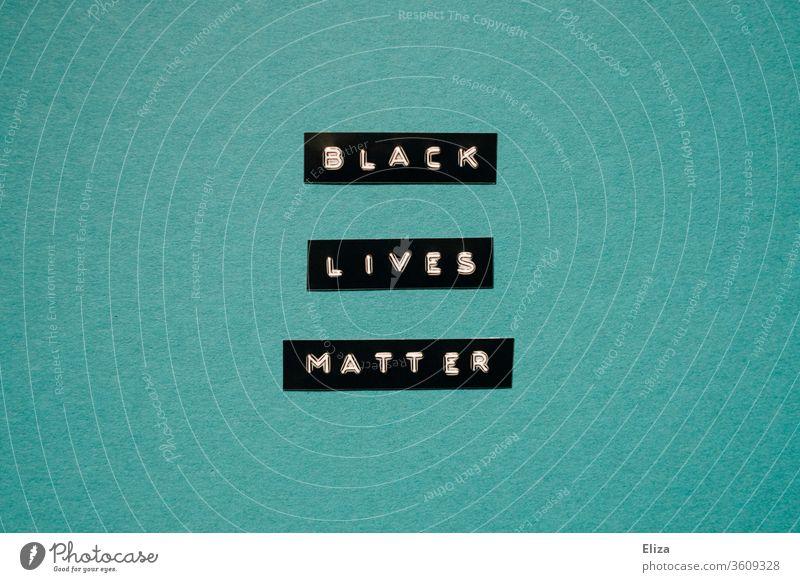 Schriftzug Black Lives Matter auf türkisem Hintergrund Solidarität Politik & Staat Menschlichkeit Rassismus Demonstration Gerechtigkeit protestieren