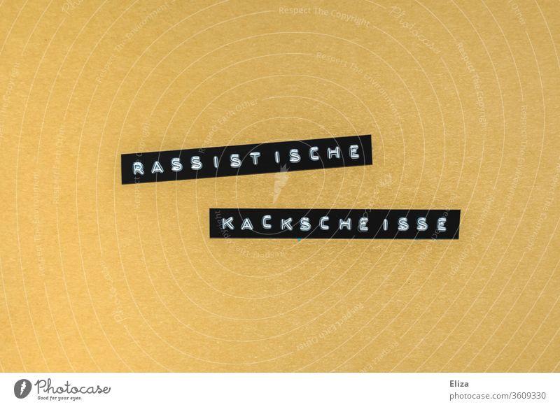 Rassistische Kackscheisse. Text geschrieben auf gelbem Hintergrund. Rassismus. Protest. Scheiße Worte Wut Kritik protest black lives matter