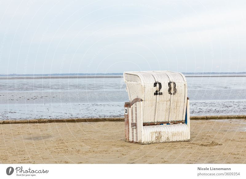 Strandkorb am Nordseestrand in Deutschland Stuhl weiß MEER Himmel Wasser blau Meer reisen Landschaft Natur Küste Sommer Ufer winken Cloud Sand Norden malerisch