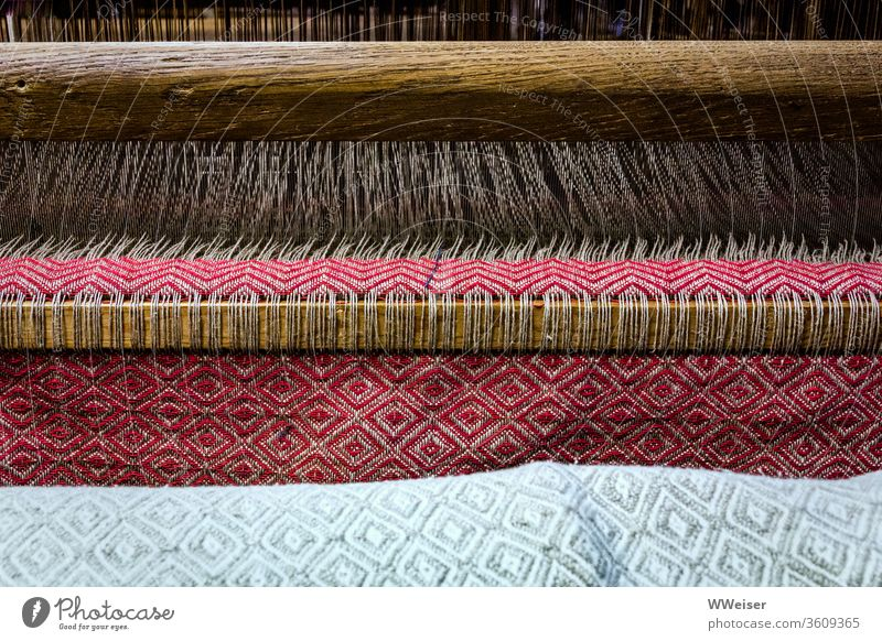 Ein Tuch entsteht in einem Webstuhl Weberei Stoff Fäden Handwerk Textil Muster Farben Folklore Material Gewebe Handarbeit handgewebt traditionell Tradition