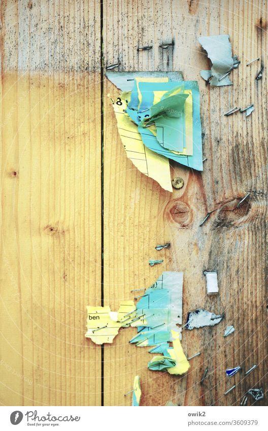 Zettelwirtschaft Pinnwand Papier Information Fetzen alt bunt mehrfarbig kaputt Detailaufnahme Außenaufnahme Menschenleer Wand Plakat trashig Rest