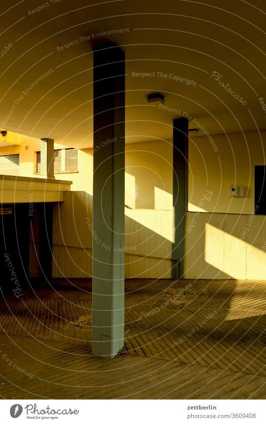 Tiefgarage again berlin haus urban gebäude tiefgarage einfahrt zufahrt keller wand mauer neubau wohnen wohnhaus wohngebiet fassade fenster licht schatten