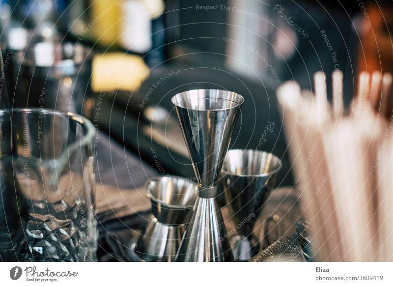 Jigger und anderes Barkeeper Zubehör zum Cocktails mixen hinter einer Bar shaken Bartender Shaker Schnaps abmessen Spirituosen Gastronomie Cocktailbar Alkohol