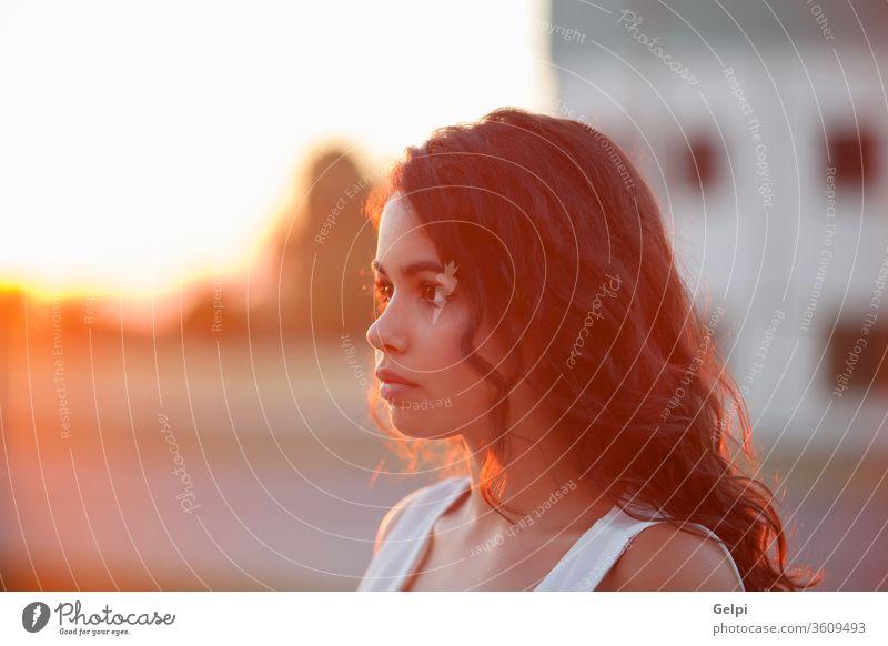 Glückliche Frau Lächelt und schaut in die Kamera. an einem sonnigen Sommertag jung Mädchen schön Behaarung Menschen Schönheit Porträt natürlich Mode