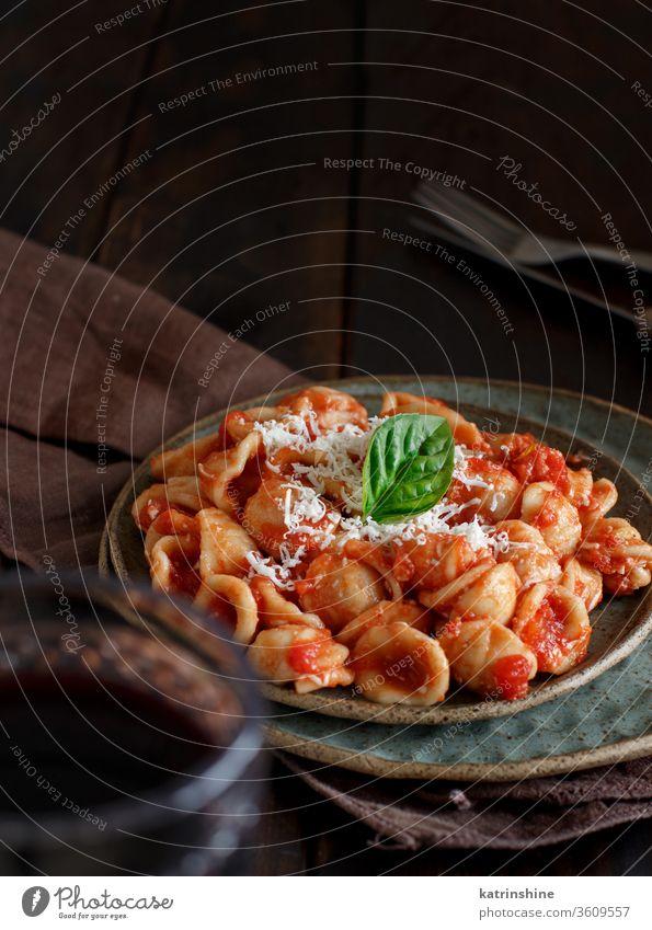 Süditalienische Pasta-Orecchiette mit Tomatensauce und Cacioricotta-Käse Spätzle Italienisch Apulien Saucen sugo abschließen dunkel braun Textfreiraum hölzern