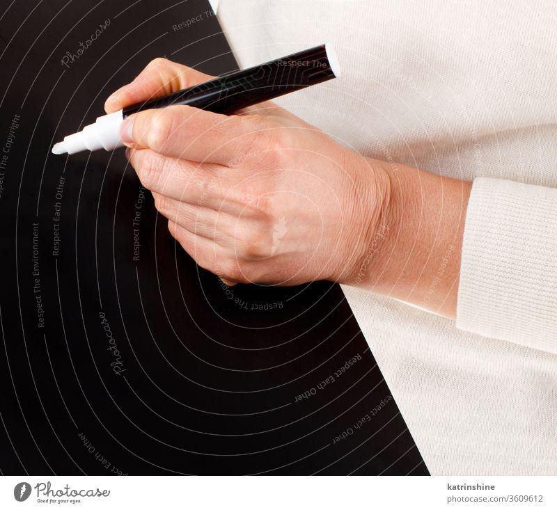 Frau schreibt auf einer schwarzen Tafel Aufbewahrung klein schreibend abschließen Hände Körper Holzplatte Schule lehrreich gesichtslos trendy