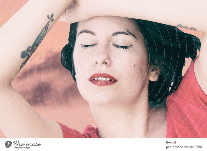 junge Frau in sinnlichem Ausdruck über rosa Himmel Mädchen Tattoo sinnlicher Ausdruck Nizza Schönheit cool Hipster dunkles Haar Lifestyle Menschen menschlich