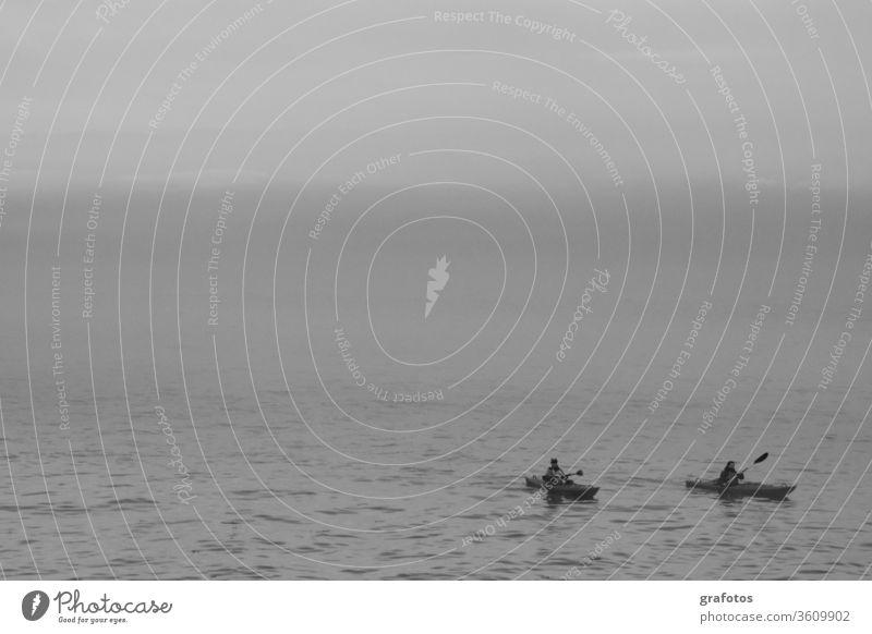 Einsame Kajaks Schwarzweiss schwarz Kanu Sport Einsamkeit Zweisamkeit Sport-Training Norden Alleine Wasser Meer Kanusport Zeit zu zweit Außenaufnahme