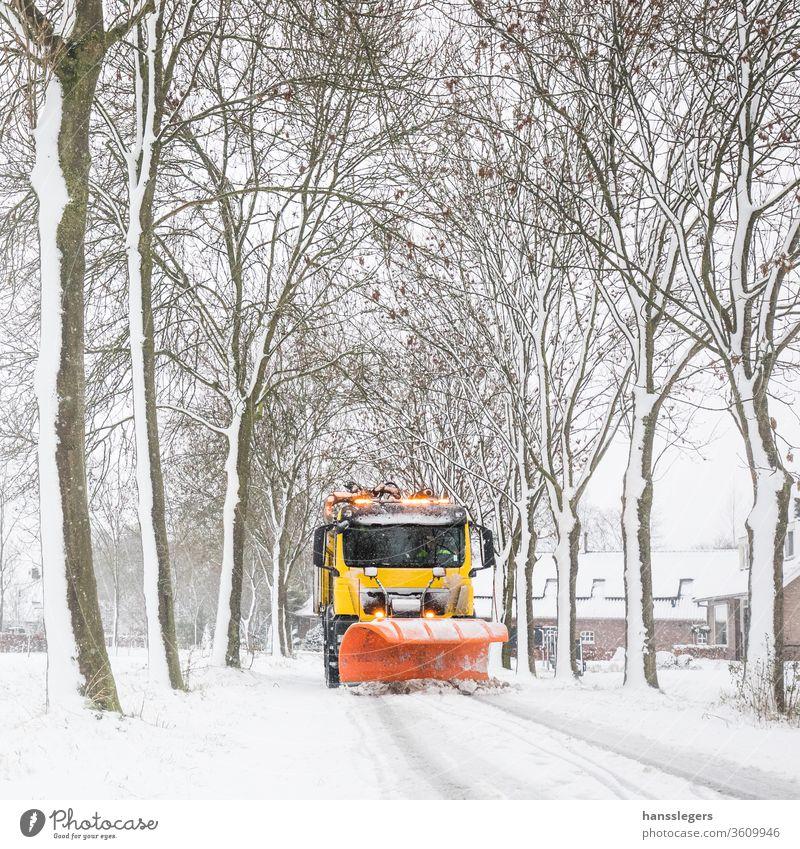Schneepflugräumung Straße, Winterdienst pflügen Lastwagen Fahrweg Schneesturm Salz Sauberkeit Schneefall kalt übersichtlich eisig Entfernung Unwetter Traktor