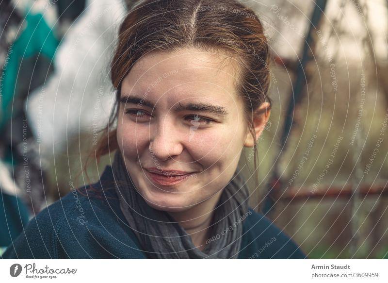 Porträt einer lächelnden jungen Frau attraktiv schön lässig Kaukasier Großstadt Nahaufnahme Mitteilung selbstbewusst listig Mädchen Graffiti Grunge gutaussehend