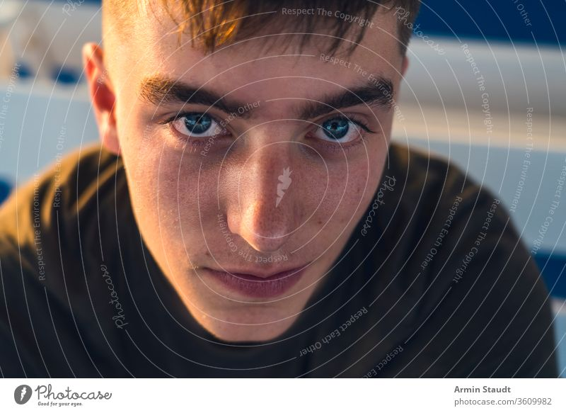 Nahaufnahme Porträt eines lächelnden jungen Mannes Jugendlicher Hintergrund schön Junge offen lässig Kaukasier selbstbewusst cool abgeschnitten dunkel Abend