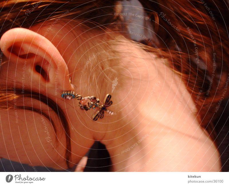 da ist eine libelle an deinem ohr, schatz! Frau Mädchen Haare & Frisuren Stil Ohr Schulter Hals Ohrringe Libelle Kastanienbaum Nacken