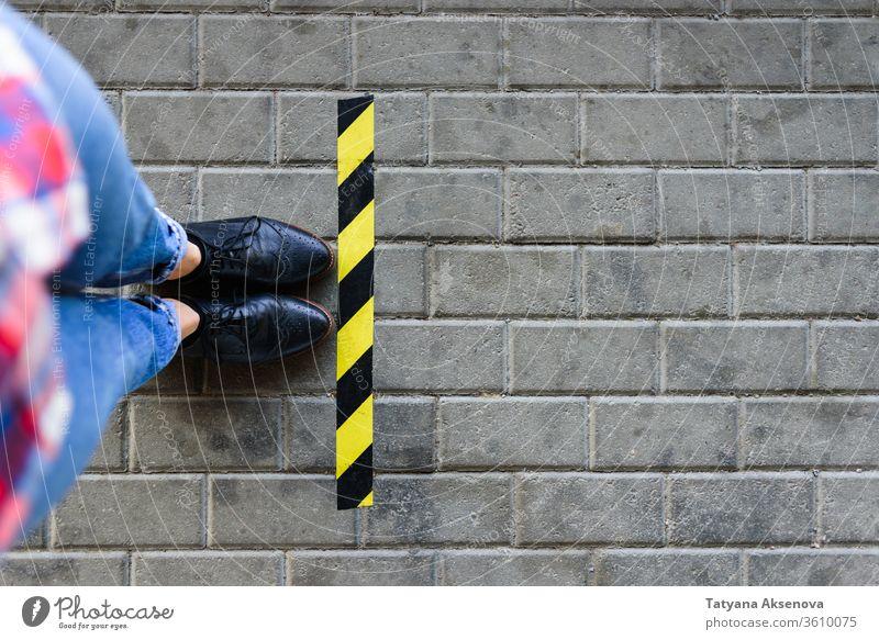 Stehen in der Nähe der Grenzschlange auf der Straße soziale Distanzierung neue Normale Warten Borte Entfernung Queue Linie Beine Werkstatt Quarantäne Pandemie