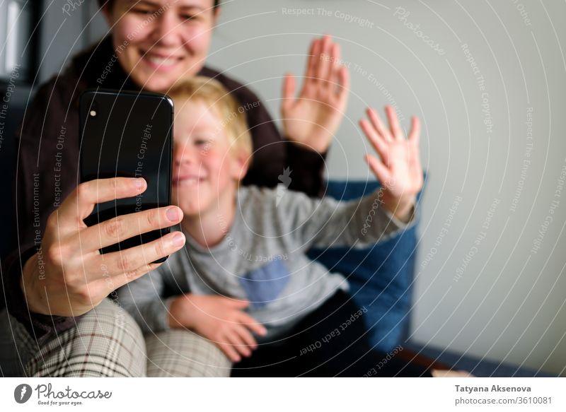 Mutter und Kind haben Videoanruf, lächeln zusammen Anruf Familie Internet Menschen heimwärts online Smartphone Mitteilung Talkrunde Computer Frau Glück Drahtlos