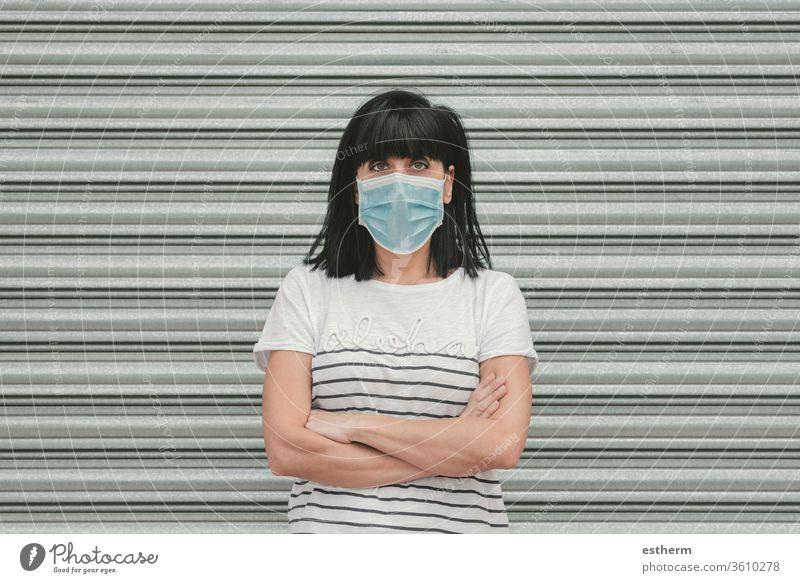 Frau mit medizinischer Maske gegen Coronavirus auf der Straße Junge Frau covid-19 Virus Sommer Seuche Pandemie Quarantäne medizinische Maske cool Spaziergang