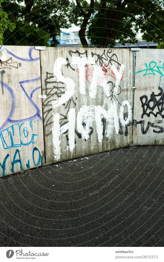 STAY HOMO berlin leben mitte schöneberg stadt straße street art urban verkehr home sexualität schrift pinsel typografie message aussage aufforderung lgbt lgbtq