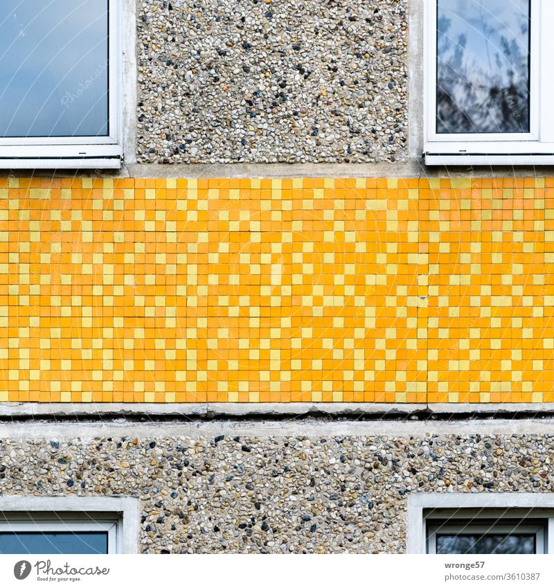 Alt | Fassadendetail eines ostdeutschen Plattenbaus alt Leerstand plattenbau Detailaufnahme Kacheln Klinker gelb fenster leergezogen urban abriss
