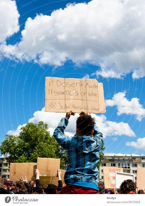 Ob schwarz ob weiß, alle Menschen sind gleich.Black lives matter - Demonstration in Köln am 06.06.2020. BLM, blacklivesmatter, gegen Rassismus und Polizeigewalt.Bunte Schrift auf einem Pappschild