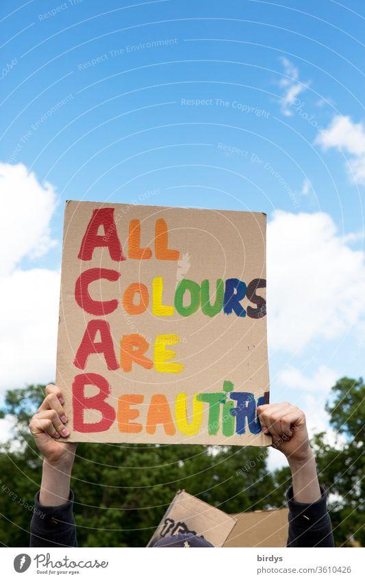 Alle Farben sind schön.Black lives matter - Demonstration in Köln am 06.06.2020. BLM, blacklivesmatter, gegen Rassismus und Polizeigewalt.Bunte Schrift auf einem Pappschild