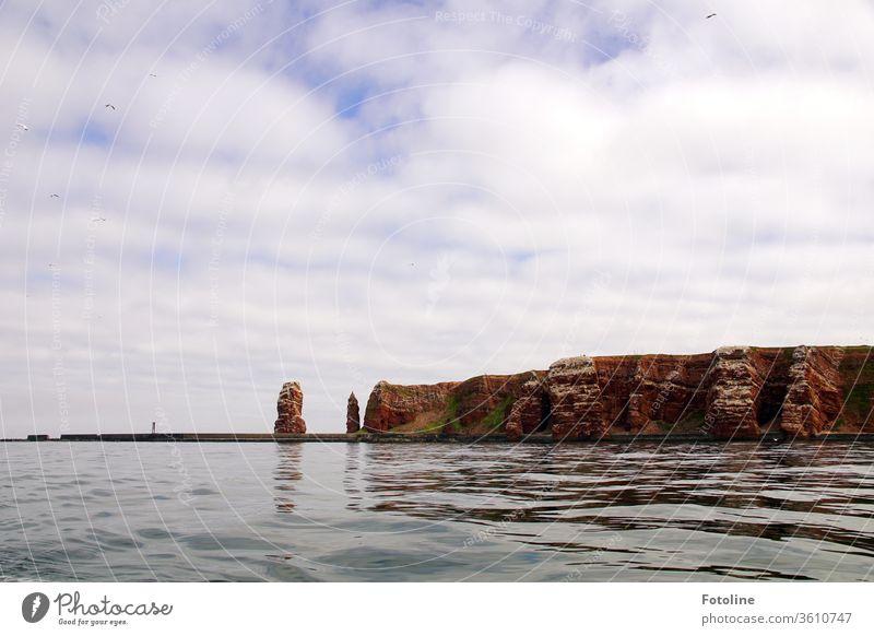 Helgoland voraus! - oder Das Wahrzeichen von Helgoland, die lange Anna, und der Vogelfelsen vom Meer aus fotografiert. Nordsee Außenaufnahme Farbfoto