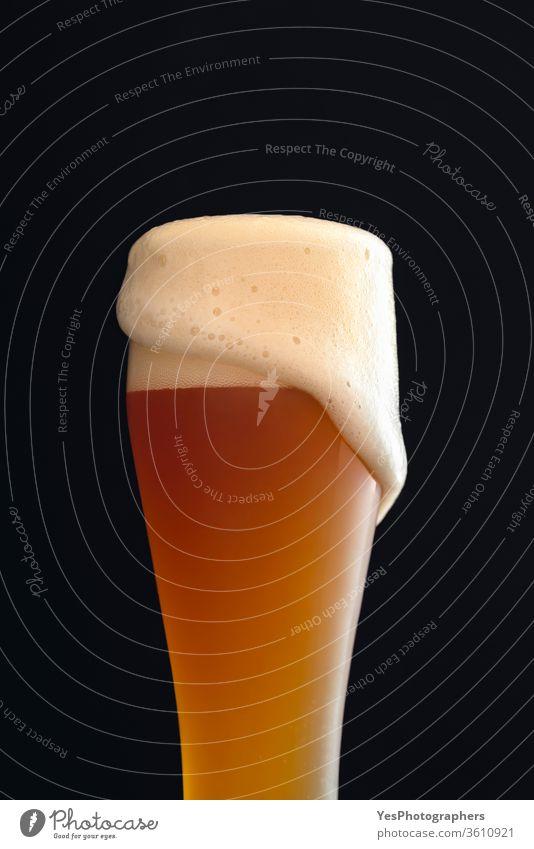 Glas Weißbier mit Schaum. Deutsches Bier Alkohol Bar bayerisch Bierschaum Bierkopf Getränk brauen Brauerei braun Feier Nahaufnahme Erfrischungsgetränk Handwerk