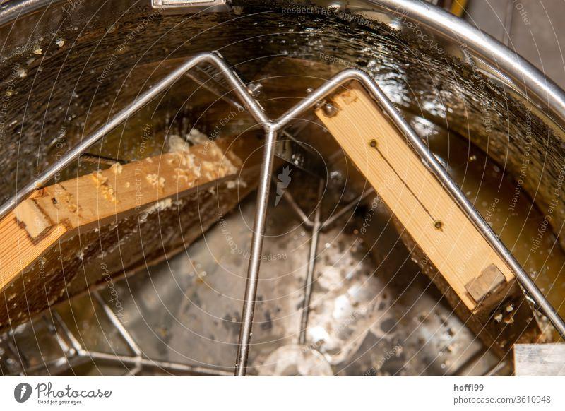 Die Honigwaben geben den Honig in der Honigschleuder frei Imkerei imkern Honigproduktion ökologischer landbau Honigbiene Lebensmittel Gesundheit Sommer