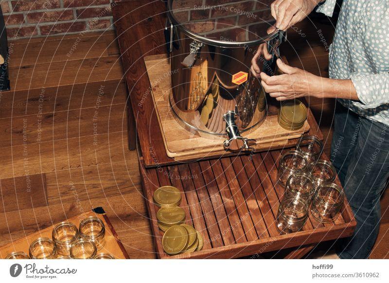 der Abfüllbehälter wird mit Honig befüllt und verschlossen Imkerei imkern Honigproduktion ökologischer landbau Honigbiene Lebensmittel Gesundheit Sommer