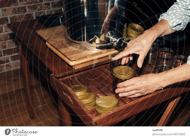 ein Glas Honig wird abgefüllt und verschlossen Imkerei imkern Honigproduktion ökologischer landbau Honigbiene Lebensmittel Gesundheit Sommer Bienenkorb
