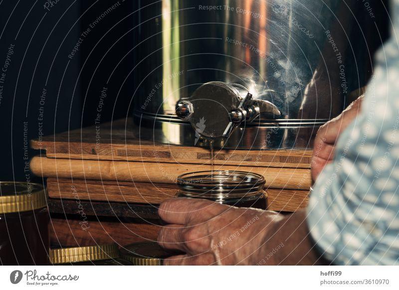 ein Glas Honig wird abgefüllt Imkerei imkern Honigproduktion ökologischer landbau Honigbiene Lebensmittel Gesundheit Sommer Bienenkorb Bienenstock Natur