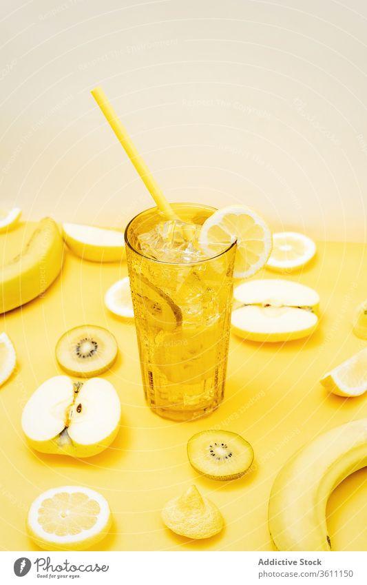 Erfrischende Früchte und Cocktail auf gelbem Hintergrund Frucht Erfrischung Farbe pulsierend lebhaft Getränk kreativ gesunde Ernährung Glas Ordnung verschiedene