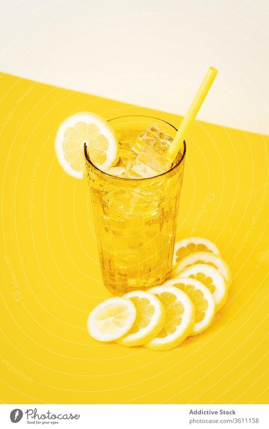 Frischobst-Cocktail mit Strohhalm frisch kalt Erfrischung Zitrone trinken Getränk Kiwi natürlich Frucht Saft Zitrusfrüchte Tisch Glas lecker Atelier Gesundheit