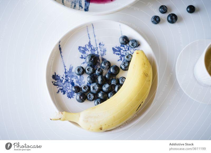 Tisch decken für gesundes Frühstück Brunch Banane Blaubeeren Frucht Gesundheit Lebensmittel geschmackvoll Kulisse lecker selbstgemacht Tasse Kaffee frisch