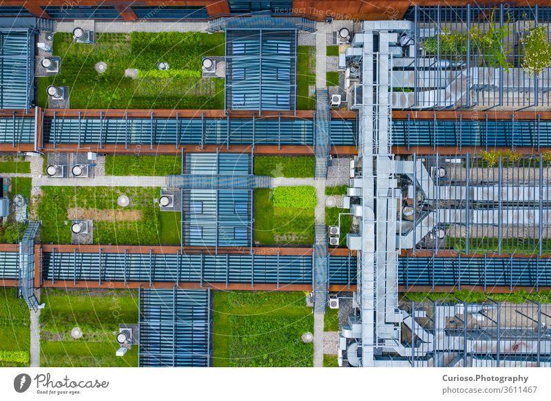 Klimaanlage Belüftungssystem Green Grass Ökologie. Gebäudedach. Industrielles Luftsystem der Belüftung und Klimatisierung. Luftaufnahme. Büro Energie Außenseite