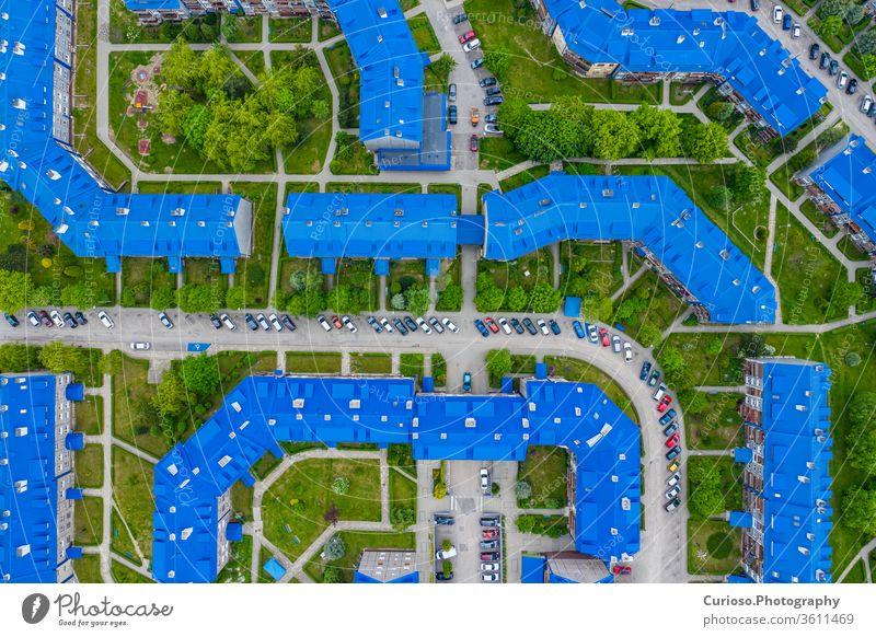 """OLKUSZ, POLEN - 03. JUNI 2020: Luftaufnahme der Wohnsiedlung mit blauen Dächern. Die an der Witosa-Straße gelegene Siedlung Sloviki wird auch """"Schlümpfe"""" Olkusz genannt, Polen."""