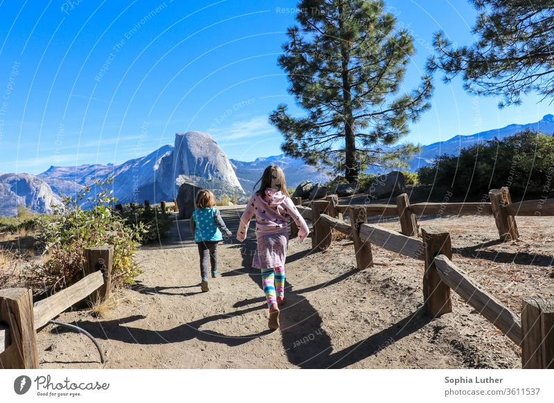 Zwei Kinder rennen im Yosemite Nationalpark in den Bergen Travel elternzeit Elternzeitreise Reisefotografie Yosemite NP Yosemite National Park Berge u. Gebirge